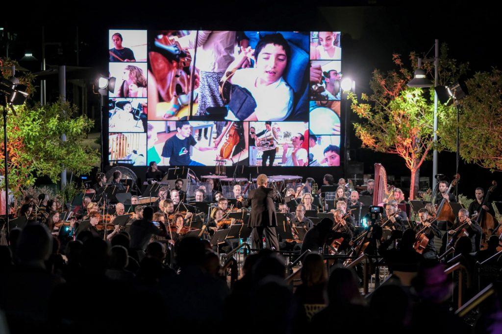 Orchestra and giant screen תזמורת עם מסך ענק