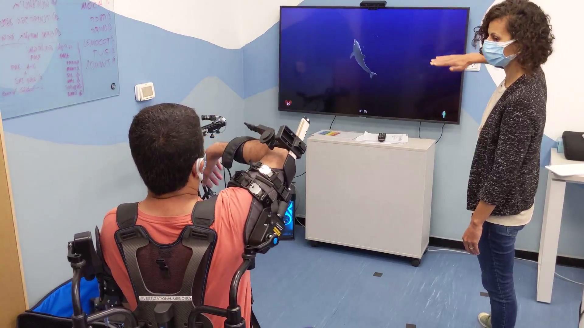 עושים תרגילי ידיים בפיזיותרפתיה Doing arm exercises in physiotherapy