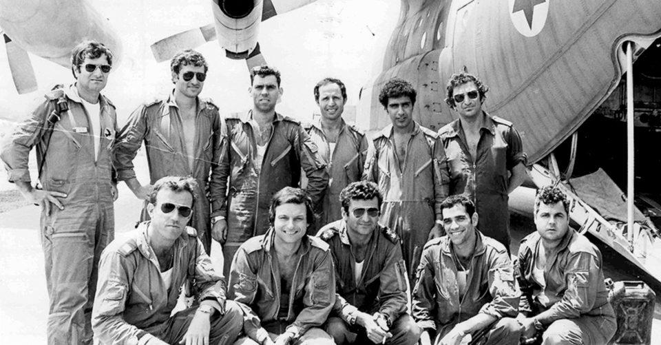 Entebbe crew in front of plane צוות מאנטבה ליד מטוס