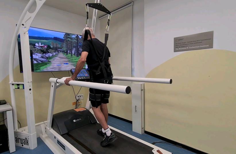 איש מתאמן על מכשיר הליכה Man walking on treadmill